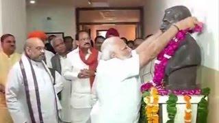 modi pays floral tributes to savarkar
